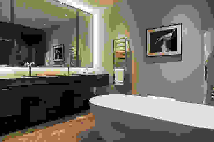 Master bathroom at Bedford Gardens House. โดย Nash Baker Architects Ltd โมเดิร์น หินอ่อน