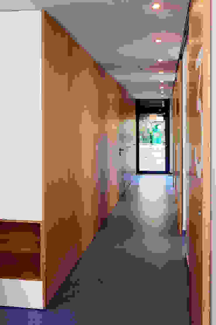 Circulação Clínicas modernas por Teresa Pinto Ribeiro | Arquitectura & Interiores Moderno