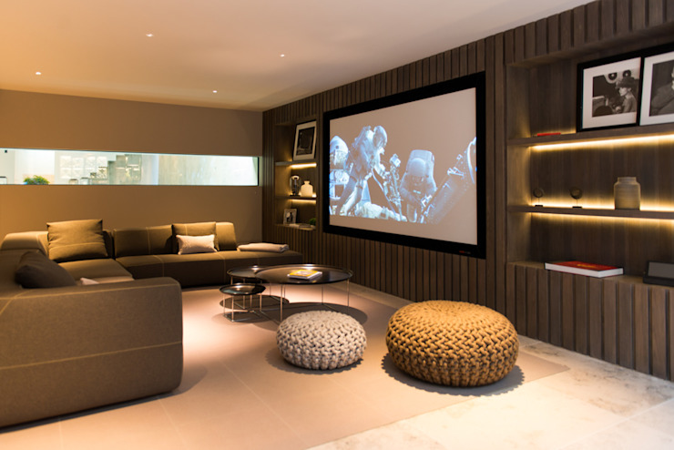 ​Home cinema and sitting area at Bedford Gardens House. Sala multimediale moderna di Nash Baker Architects Ltd Moderno