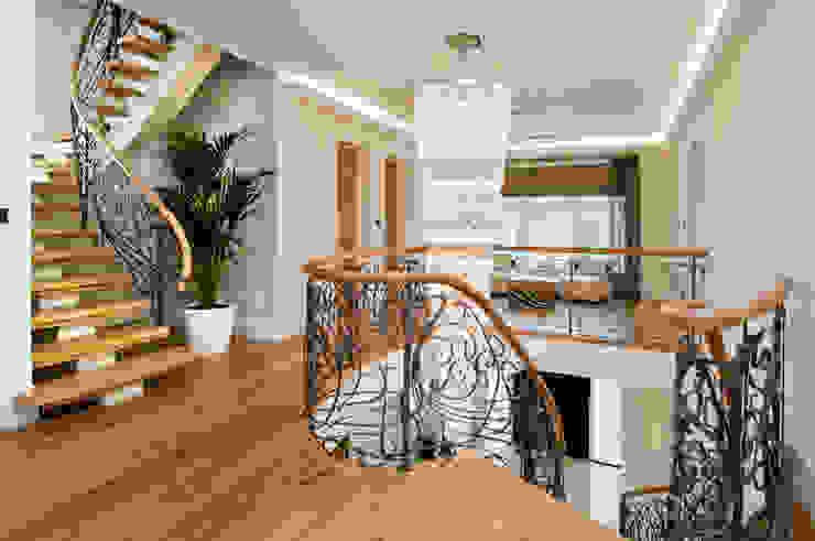 BESPOKE CHANDELIER AND STAIRCASE Коридор, прихожая и лестница в модерн стиле от Shandler Homes Ltd Модерн