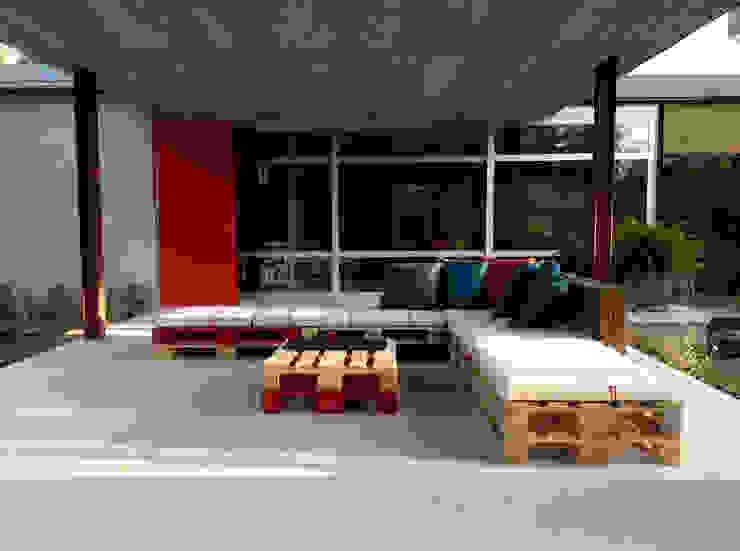 Atelier de Desseins Balcone, Veranda & Terrazza in stile moderno Legno