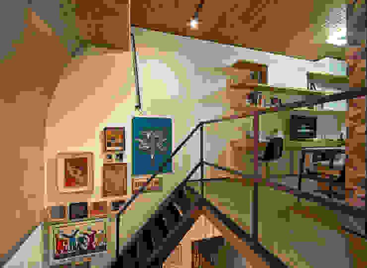 Nowoczesny korytarz, przedpokój i schody od Dubal Arquitetura e Design Nowoczesny
