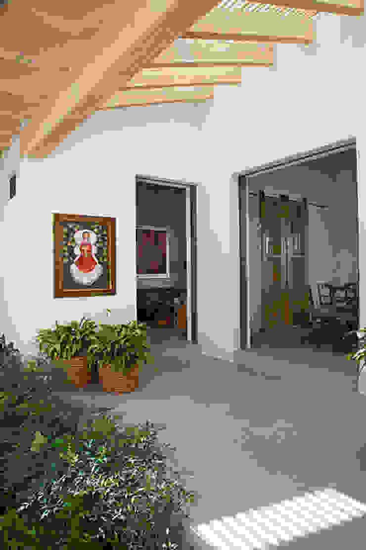 Mayúscula Arquitectos Eclectic style balcony, veranda & terrace