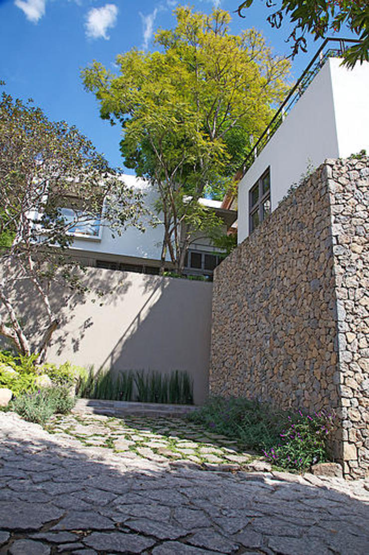 Mayúscula Arquitectos Eclectic style houses