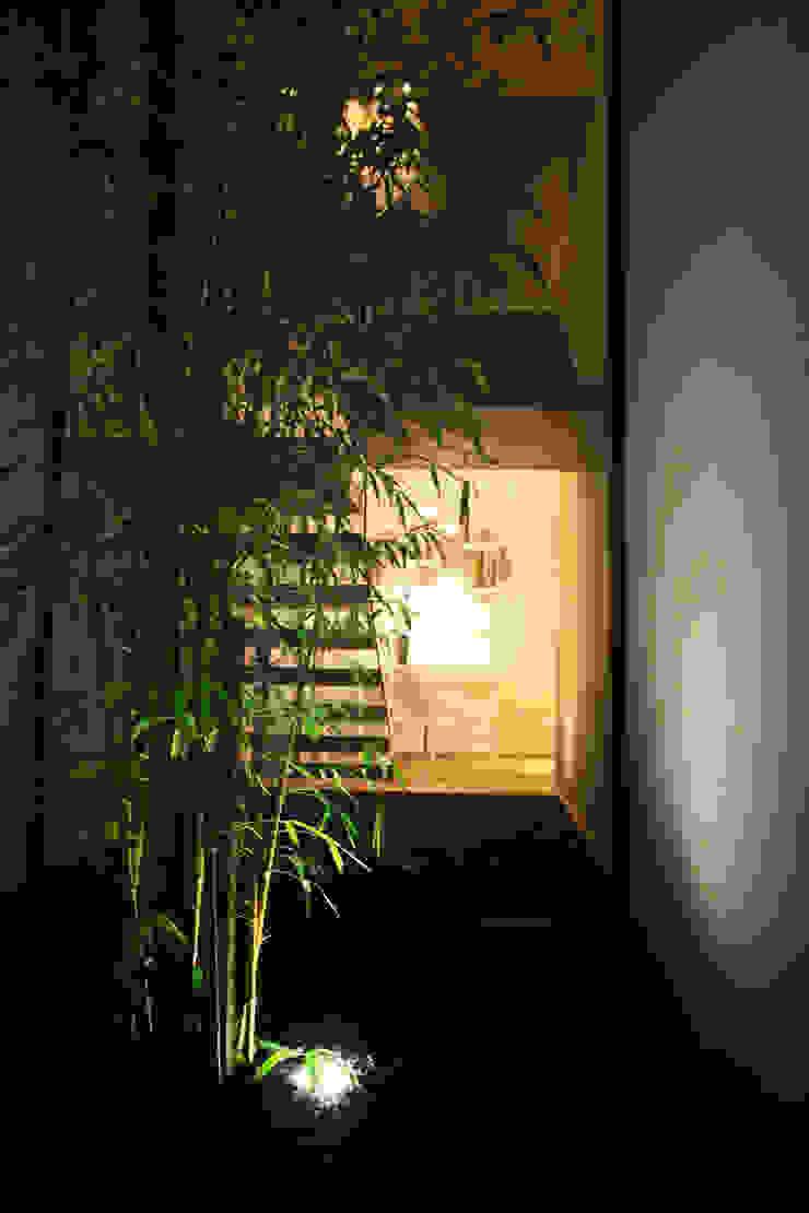 Pátios d'Este Corredores, halls e escadas modernos por TRAMA arquitetos Moderno