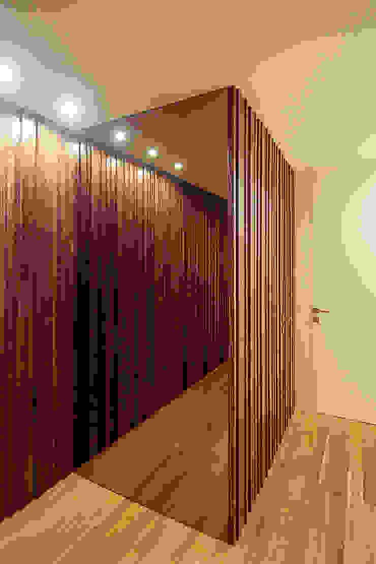 Remodelação Milénio Corredores, halls e escadas modernos por TRAMA arquitetos Moderno