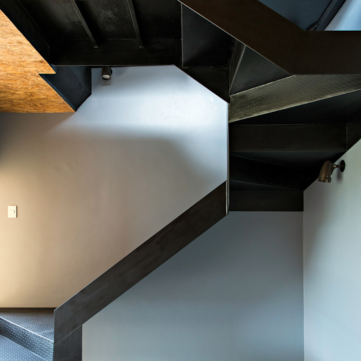 Industrial style corridor, hallway and stairs by Proyecto Cafeina Industrial Wood Wood effect