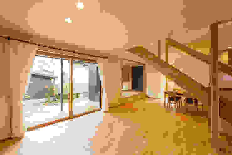 リビングより外部、畳コーナーを見る モダンデザインの リビング の 株式会社山口工務店 モダン
