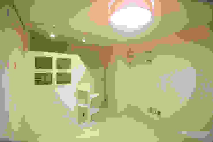 4인가족이 사는 화이트톤의 깔끔한 집_32py: 홍예디자인의  아이방,모던