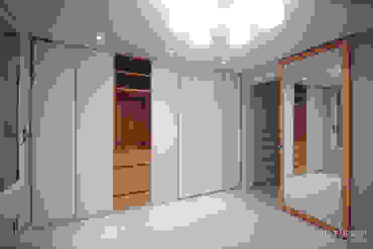 4인가족이 사는 화이트톤의 깔끔한 집_32py: 홍예디자인의  침실,모던