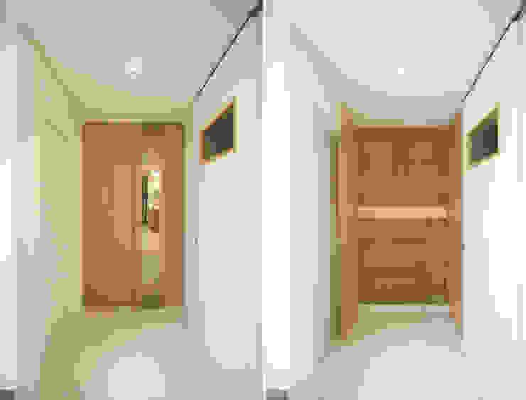 4인가족이 사는 화이트톤의 깔끔한 집_32py 모던스타일 창문 & 문 by 홍예디자인 모던