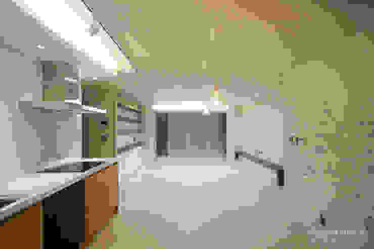 4인가족이 사는 화이트톤의 깔끔한 집_32py 모던스타일 거실 by 홍예디자인 모던