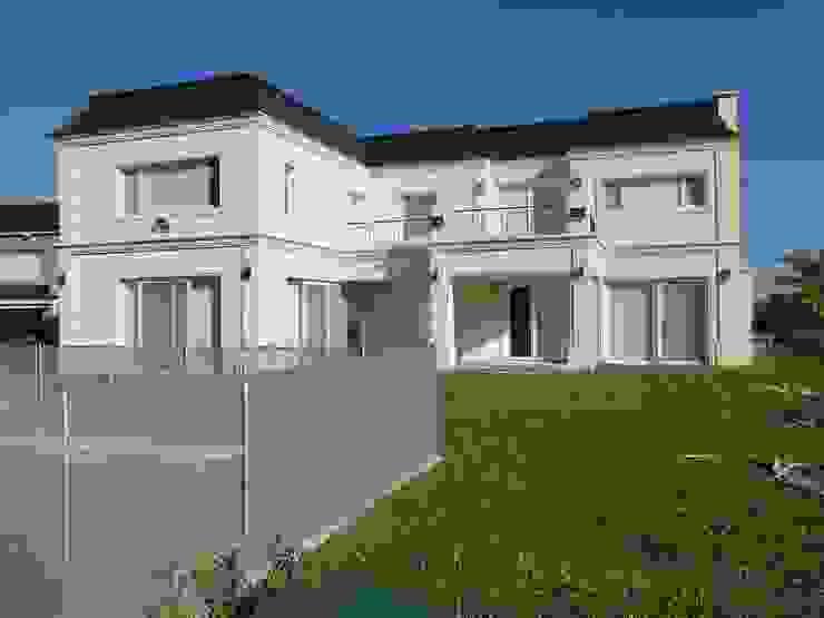 من Arquitectos Building M&CC - (Marcelo Rueda, Claudio Castiglia y Claudia Rueda) كلاسيكي