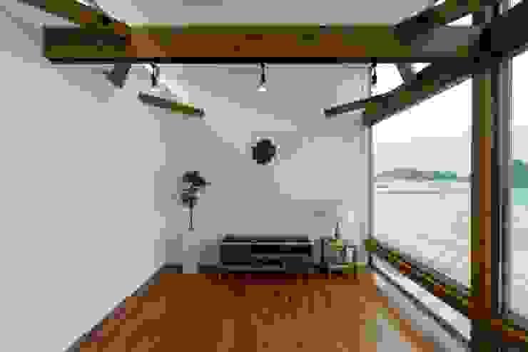 空と海な家 リビング: フォーレストデザイン一級建築士事務所が手掛けたアジア人です。,和風