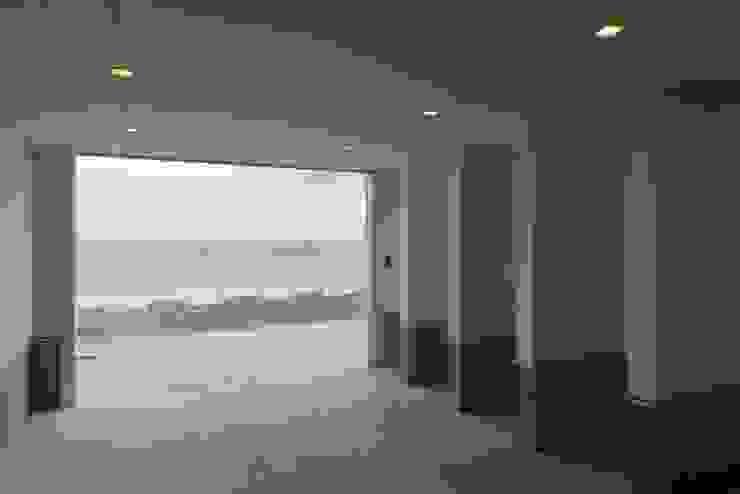 空と海な家 ガレージ: フォーレストデザイン一級建築士事務所が手掛けたアジア人です。,和風