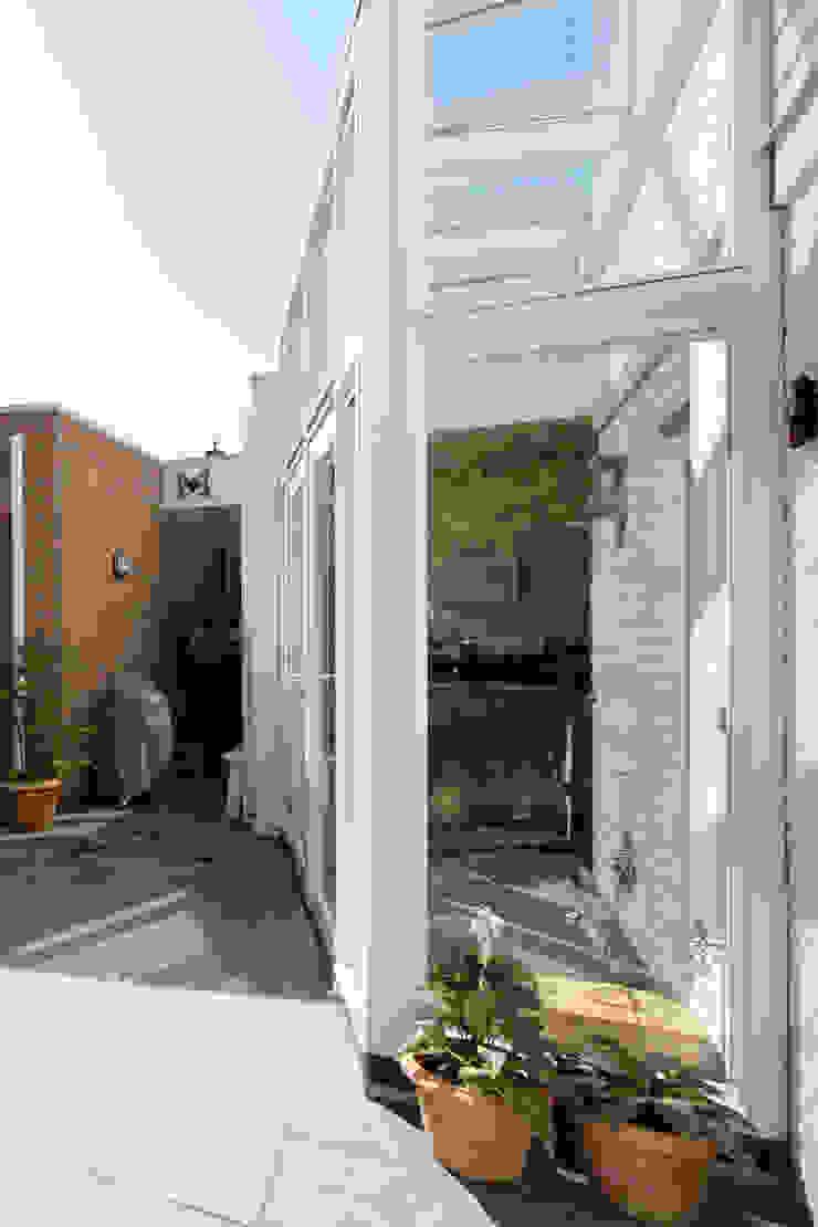 zij-aanzicht pui/serre Moderne huizen van JANICKI ARCHITECT Modern Hout Hout