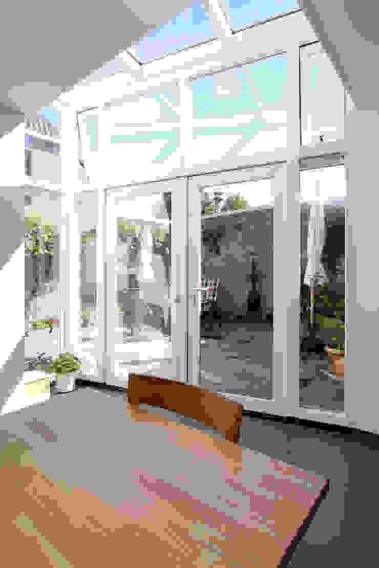 doorkijk vanuit woon- eetkamer naar binnenplaats Moderne eetkamers van JANICKI ARCHITECT Modern