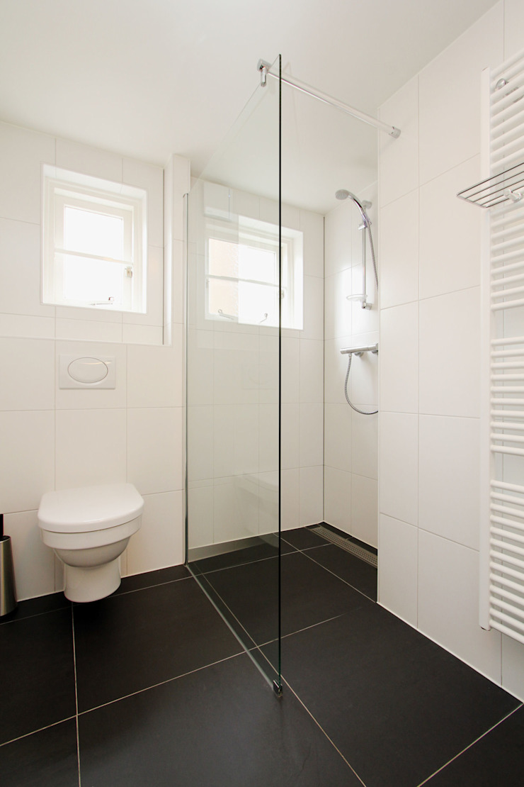compacte en lichte badkamer Moderne badkamers van JANICKI ARCHITECT Modern