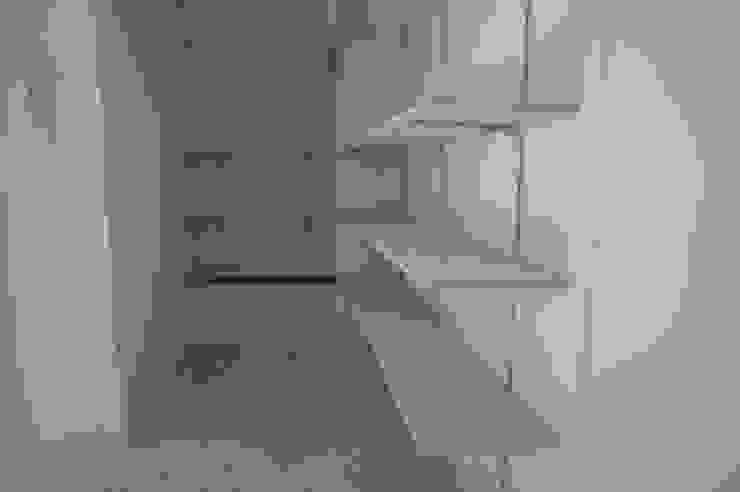 Oficinas y comercios de estilo ecléctico de モノマ建築設計事務所 Ecléctico Compuestos de madera y plástico