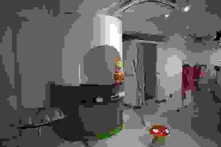 Oficinas y comercios de estilo ecléctico de モノマ建築設計事務所 Ecléctico