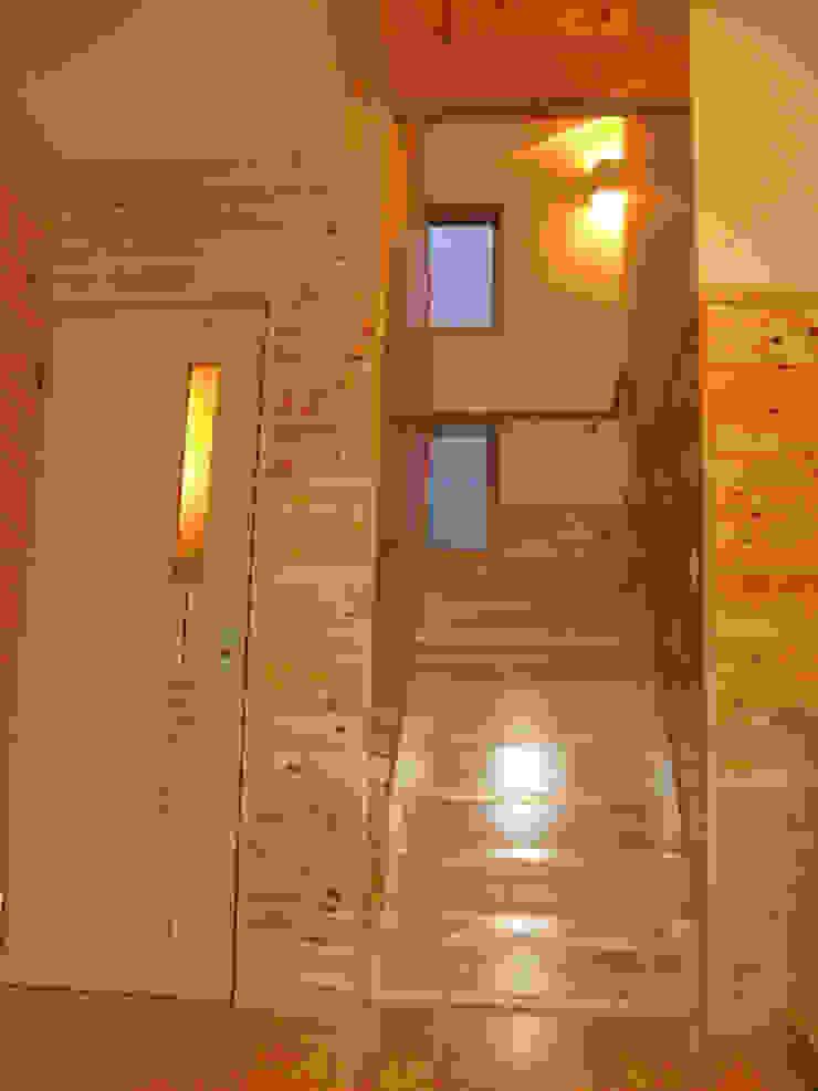 Pasillos, vestíbulos y escaleras modernos de 株式会社 吉野設計研究所 Moderno