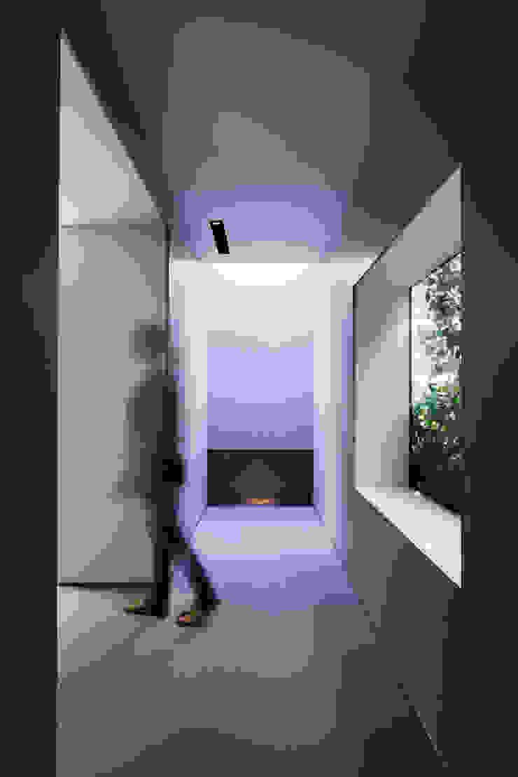 O邸 モダンスタイルの 玄関&廊下&階段 の 中塚健仁建築設計事務所 モダン