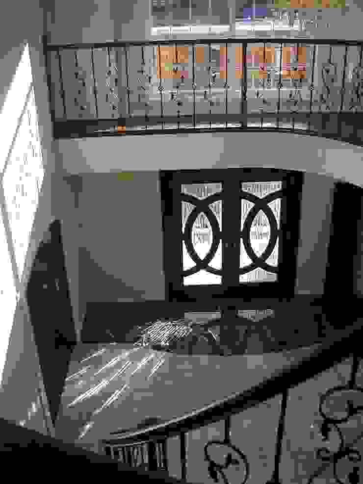 施行事例2 モダンスタイルの 玄関&廊下&階段 の ㈱K2一級建築士事務所 モダン