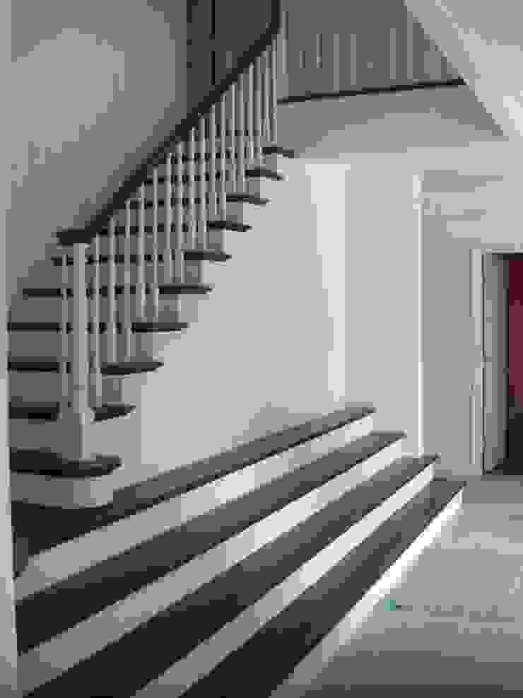 施行事例3 モダンスタイルの 玄関&廊下&階段 の ㈱K2一級建築士事務所 モダン