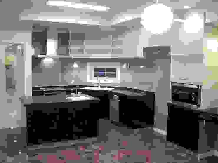 施行事例2 モダンな キッチン の ㈱K2一級建築士事務所 モダン