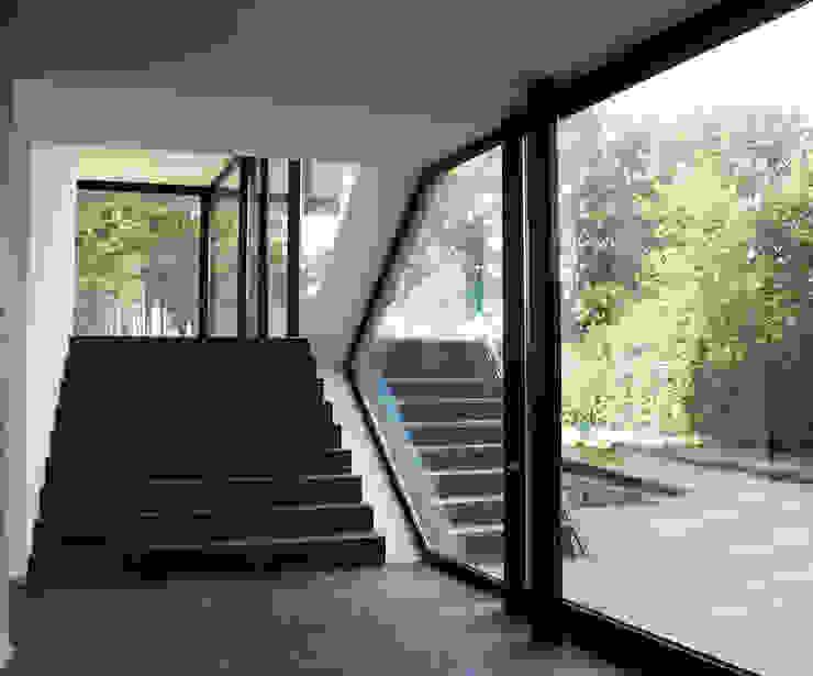 Villa van Lipzig Moderne gangen, hallen & trappenhuizen van Loxodrome design&innovation Modern