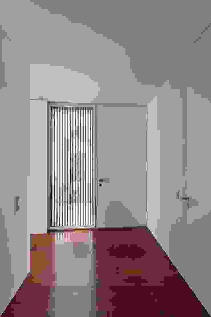 Casa em Matosinhos II Janelas e portas modernas por Jorge Domingues Arquitectos Moderno