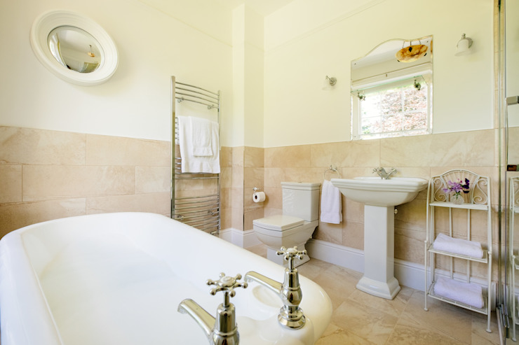 Baños de estilo  de Perfect Stays