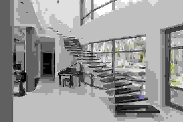 Couloir, entrée, escaliers modernes par U-Style design studio Moderne