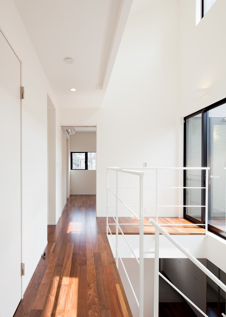Pasillos, vestíbulos y escaleras de estilo ecléctico de Unico design一級建築士事務所 Ecléctico