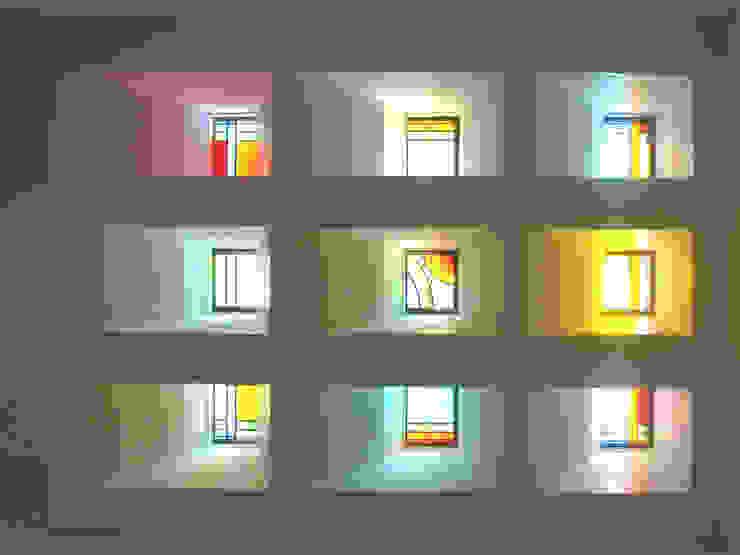 ステンドグラスある家2坂東市: ESK設計一級建築士事務所が手掛けた窓です。,クラシック