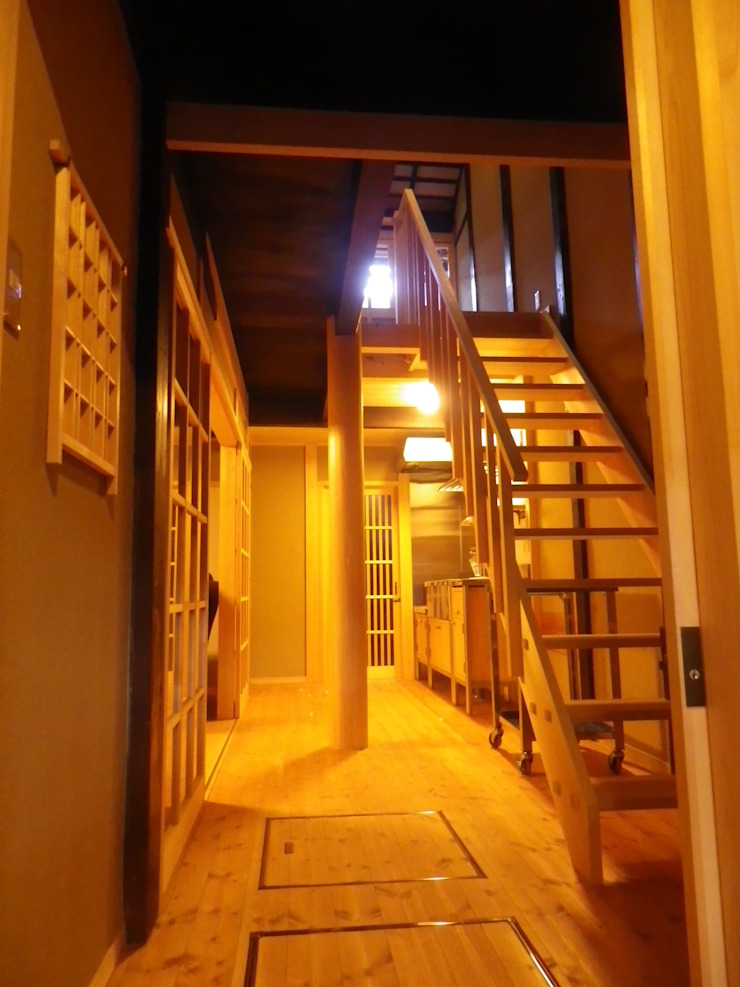 Asian style corridor, hallway & stairs by 末川協建築設計事務所 Asian