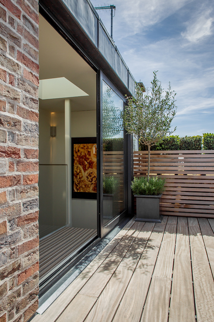 The roof terrace at the Chelsea House. Nash Baker Architects Ltd Patios & Decks