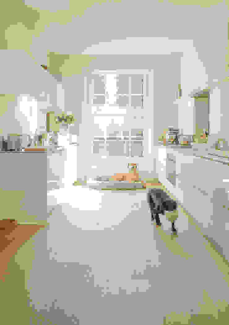 Kitchen at the Chelsea House Nash Baker Architects Ltd Kitchen White