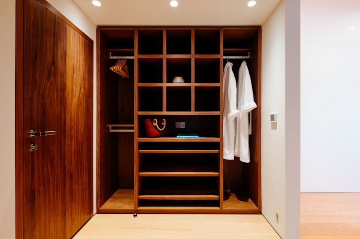 Gwel an Treth:  Dressing room by Perfect Stays, Modern