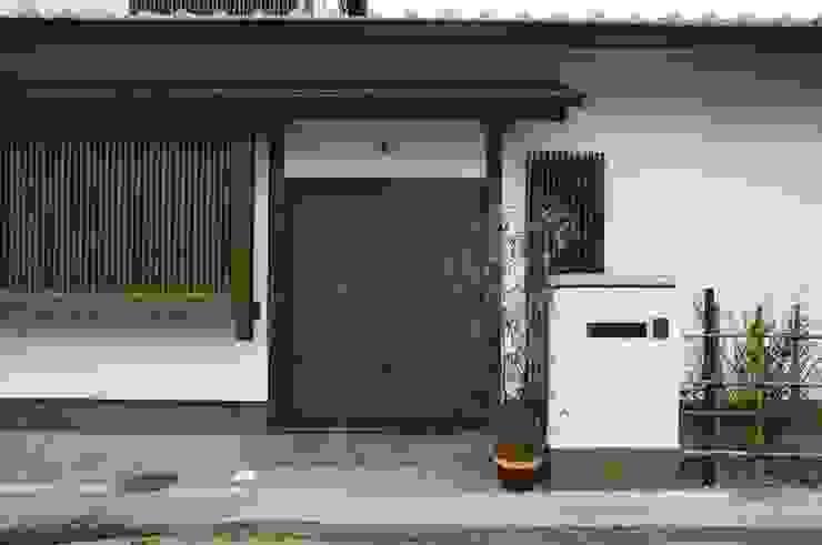 Puertas y ventanas asiáticas de kOGA建築設計室 Asiático