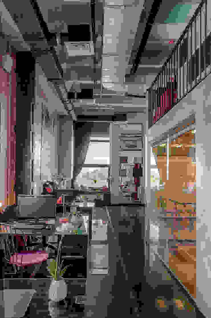 Офисно-выставочное пространство. Шоурум «ARTTEX Сoncept» и «TOSO» в Центре дизайна «Artplay» Офисы и магазины в стиле модерн от Бюро Акимова и Топорова Модерн