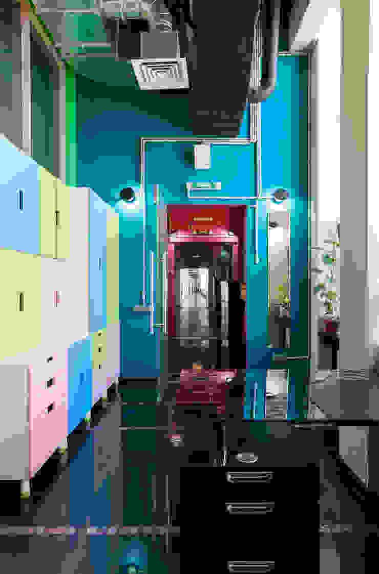 Офисно-выставочное пространство. Шоурум «ARTTEX Сoncept» и «TOSO» в Центре дизайна «Artplay» Офисные помещения в стиле модерн от Бюро Акимова и Топорова Модерн