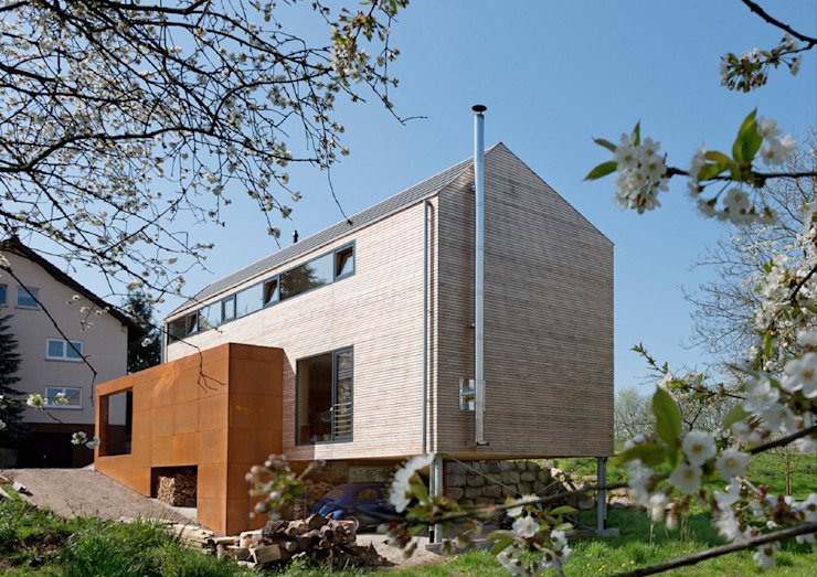 Cherry Blossom House (German Passivhaus) モダンデザインの テラス の ÜberRaum Architects モダン