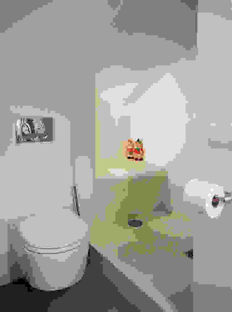 Baños de estilo moderno de in&outsidesign Moderno