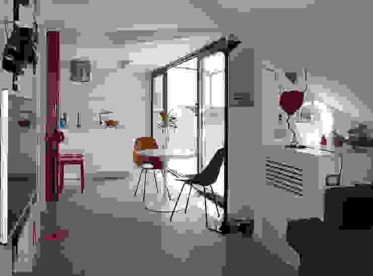 Salas modernas de in&outsidesign Moderno