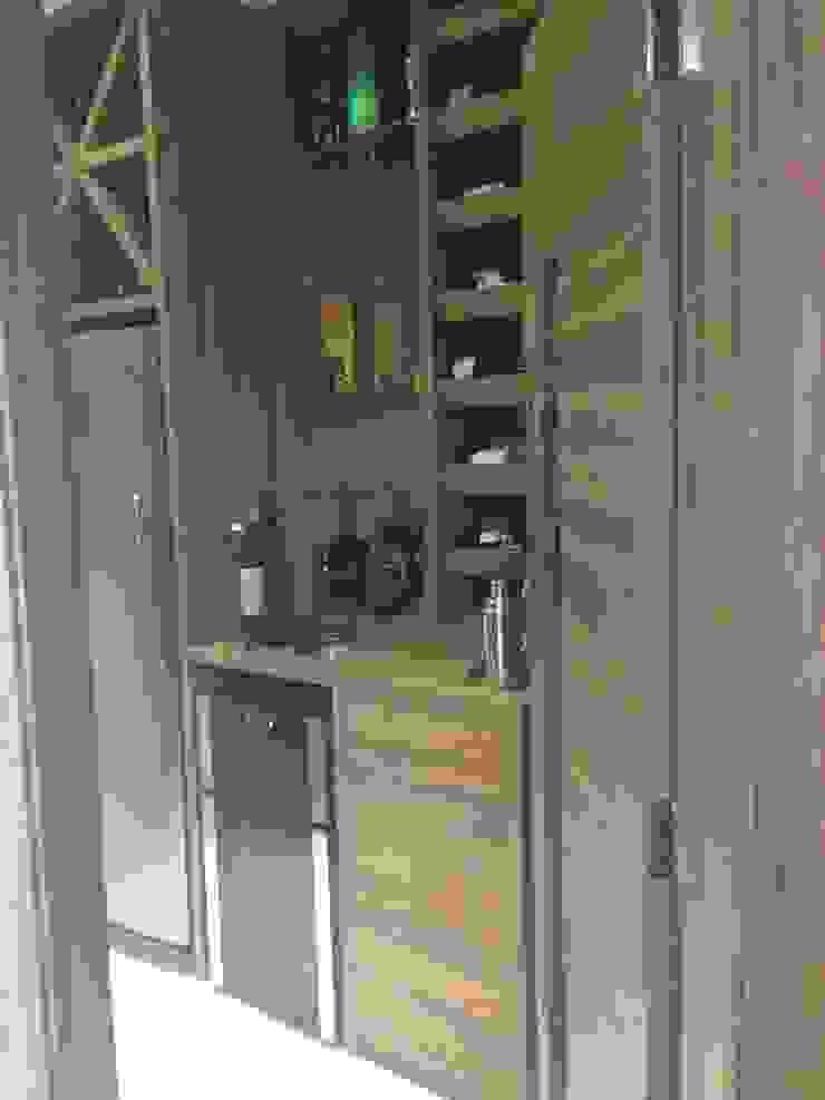 Adega Adegas modernas por Laura Picoli Moderno Madeira Efeito de madeira