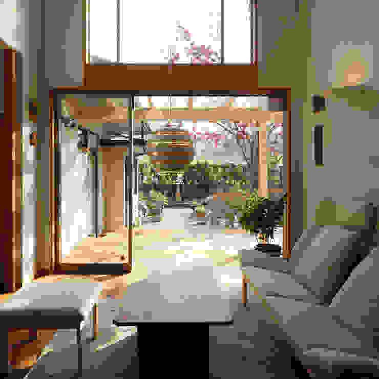 居間からテラス オリジナルデザインの リビング の 竹内建築設計事務所 オリジナル