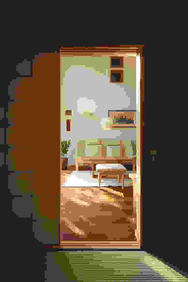 和室から居間 オリジナルデザインの リビング の 竹内建築設計事務所 オリジナル