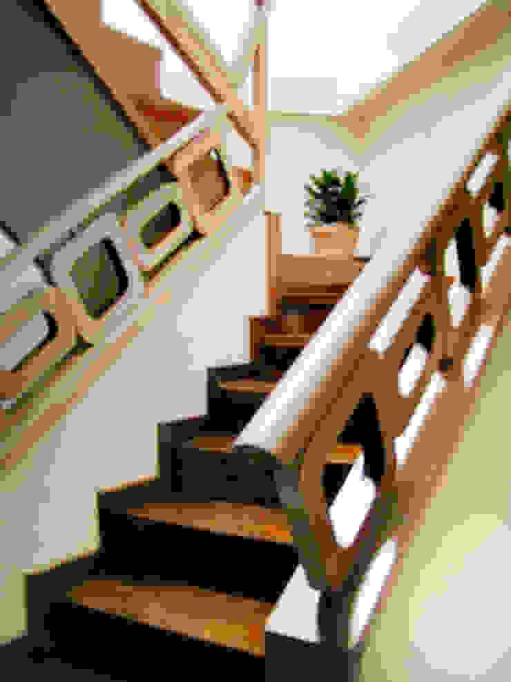 Diseño Escalera Pasillos, vestíbulos y escaleras de estilo minimalista de GD Studio CA Minimalista Madera Acabado en madera