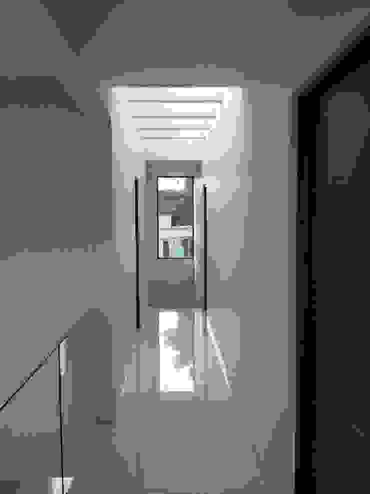 Bosques de Jiutepec Pasillos, vestíbulos y escaleras minimalistas de DYE-ARQUITECTURA Minimalista Azulejos